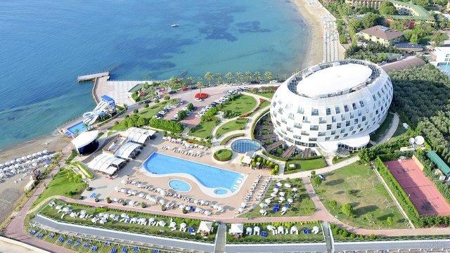Вид сверху на футуристичный отель на пляже Алании