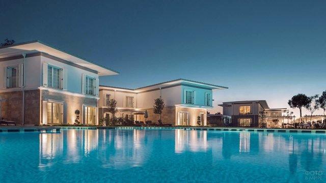 Виллы вокруг бассейна пятизвёздочного гостиничного комплекса в Белеке