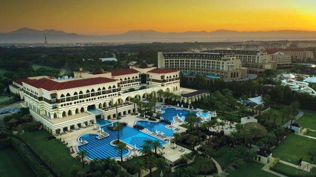 Закат над сетевым европейским отелем в турецком курорте Белек