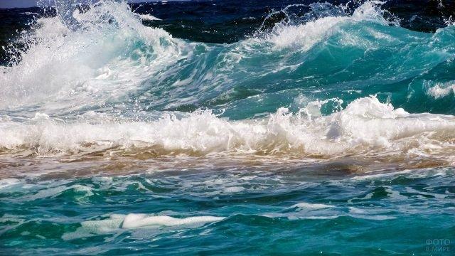 Белая пена бирюзовой морской волны