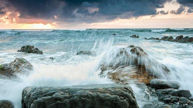 Брызги разбивающихся о камни морских волн