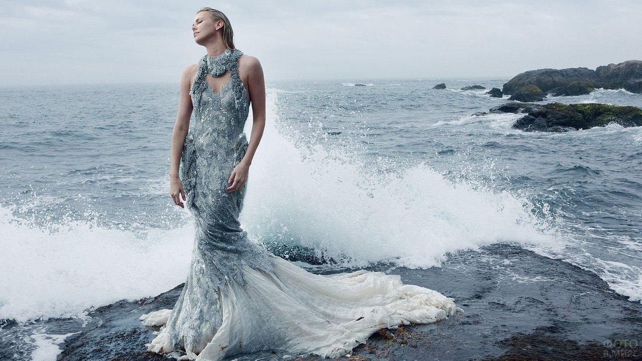 Девушка, похожая на русалку, стоит в морских волнах