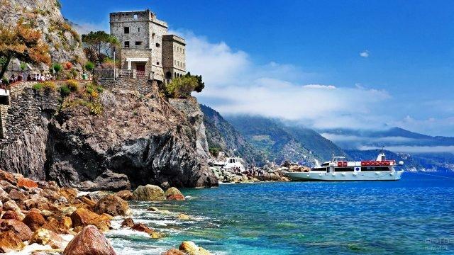 Катер у скалистого морского берега в Италии