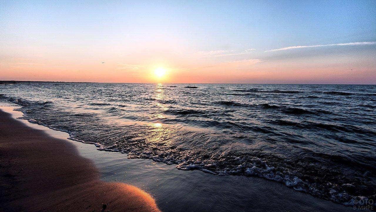 Контрастный морской пейзаж на рассвете