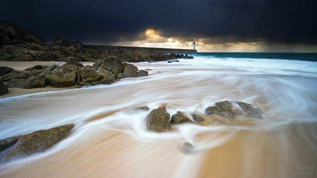 Маяк на фоне грозового неба над морским побережьем