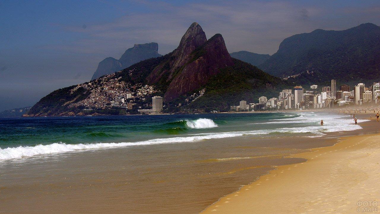 Океанская волна на фоне гор над пляжем в Рио