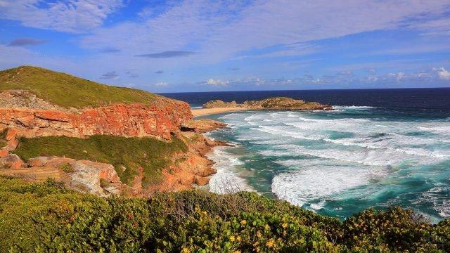 Панорама набегающих волн у цветущего берега Южной Африки