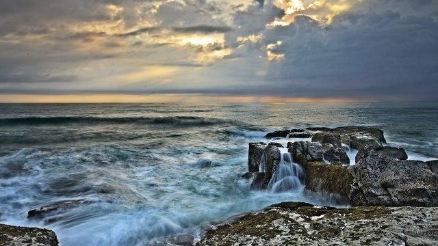 Пасмурный день на морском побережье