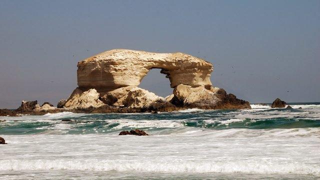 Природная арка Ла-Портада у побережья Чили