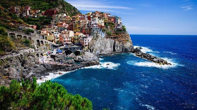 Разноцветные домики над Лигурийским морем в Италии