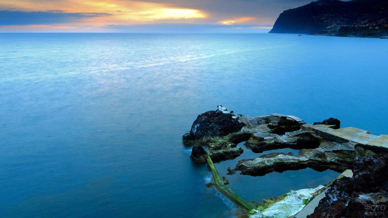 Вечерний пейзаж побережья острова Мадейра