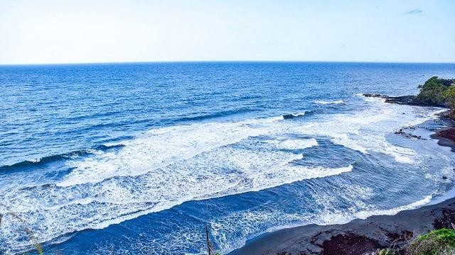 Волны тропического побережья океана