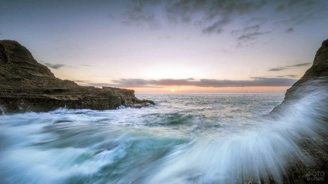 Живописный морской прибой на рассвете