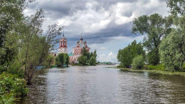 Церковь Сорока мучеников у Плещеева озера в Переславле-Залесском