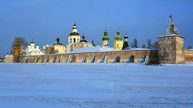 Кирилло-Белозерский монастырь в Вологодской области зимой