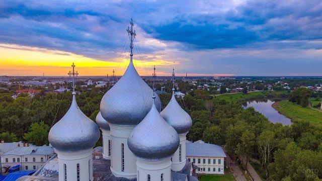 Купола Софийского собора над вечерней Вологдой