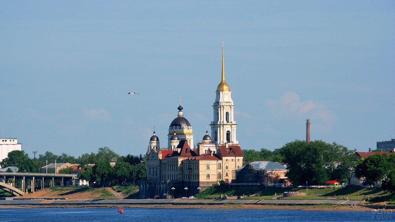 Монастырь в историческом центре Рыбинска на берегу Волги
