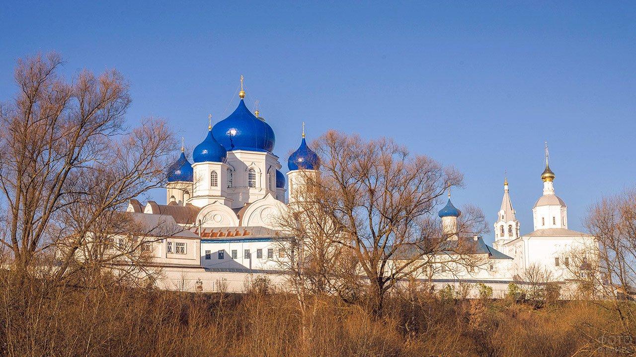 Свято-Боголюбский женский монастырь в ясный осенний день