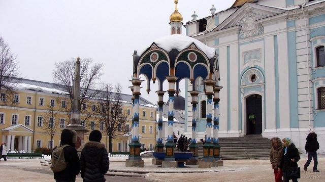 Туристы на территории зимней Троице-Сергиевой Лавры