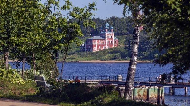 Весенние деревья на берегу реки у Казанской церкви в Тутаеве