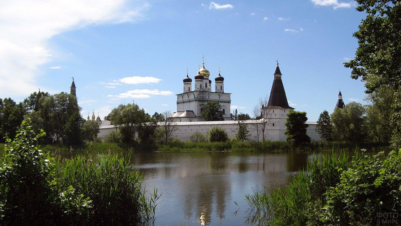 Волоколамский монастырь на берегу летнего озера