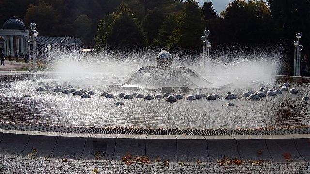 Брызги современного фонтана в чешском курорте