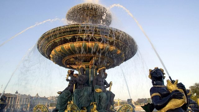 Чаша фонтана с чёрно-золотыми скульптурами в центре Парижа