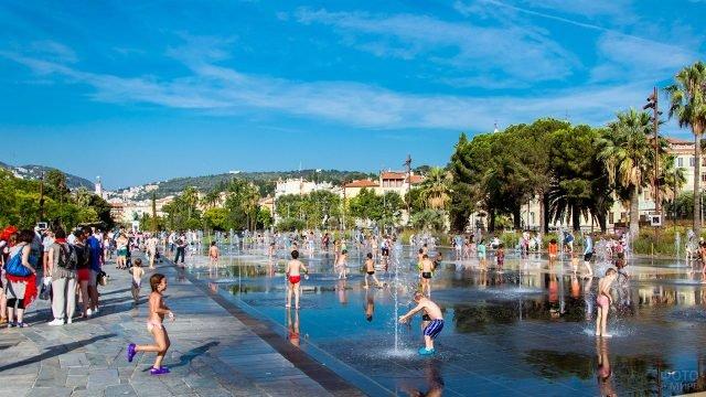 Дети резвятся на Площади фонтанов в Ницце