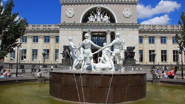 Фигуры танцующих детей фонтана в Волгограде