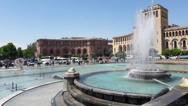 Фонтан на центральной площади Еревана