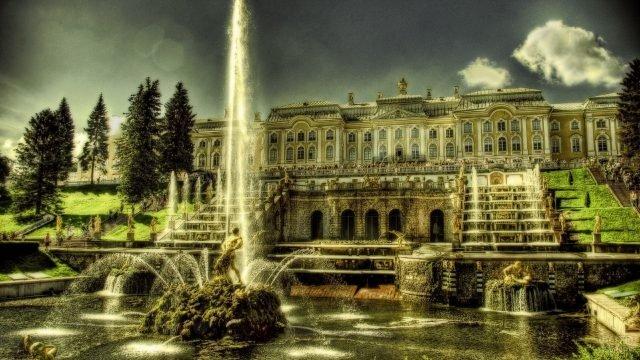 Фонтан перед дворцом