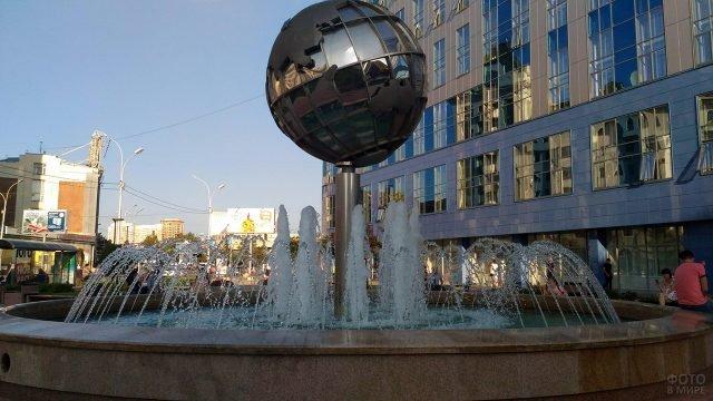 Фонтан с зеркальным Земным шаром в Новосибирске