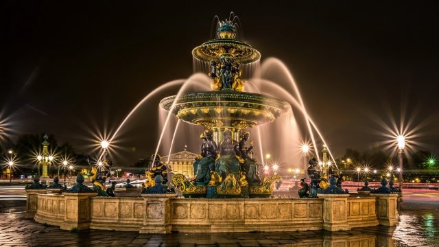 Фонтан со статуями в Париже
