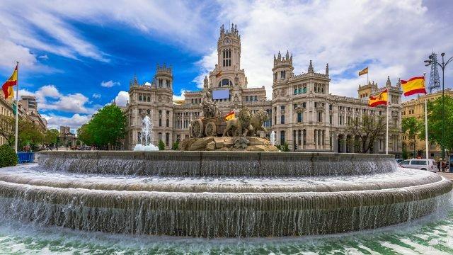 Фонтан у дворца в Мадриде