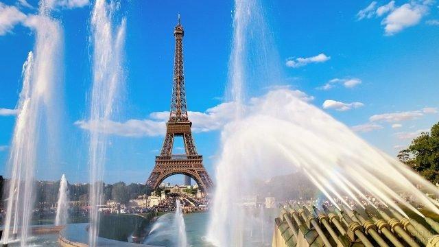 Фонтаны на фоне эйфелевой башни