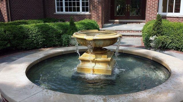 Классический фонтан во дворе частного дома