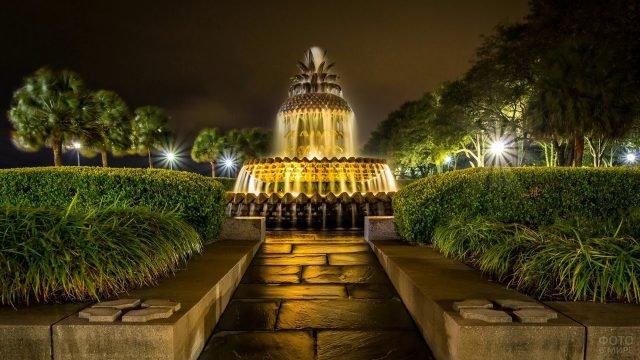 Красивый фонтан в вечерной подсветке