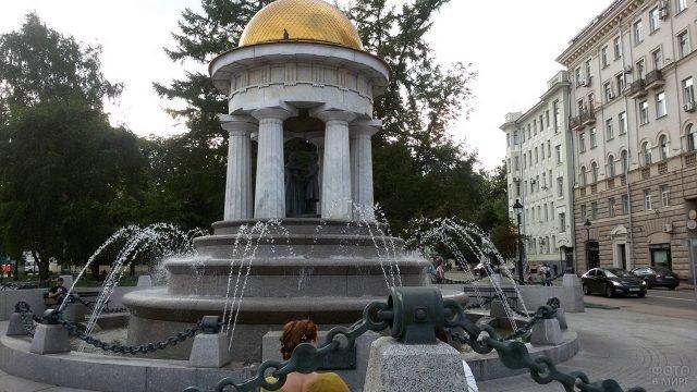 Московский фонтан-ротонда с фигурами Пушкина и Гончаровой