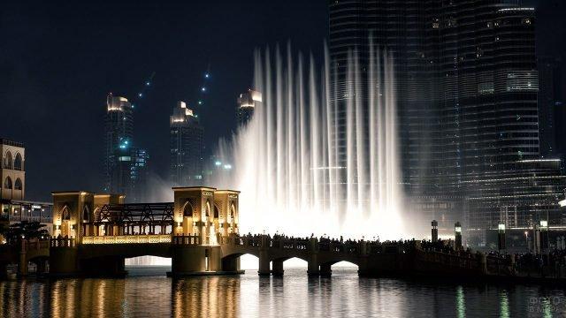 Шоу танцующих фонтанов в ночном Дубае