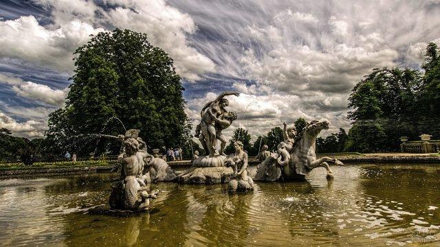 Скульптуры фонтана в парке виллы Ротшильдов