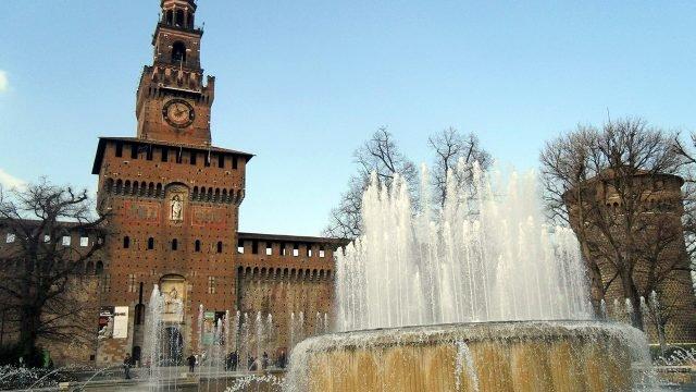 Старинный фонтан в Милане