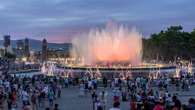 Туристы у фонтана в вечерней Барселоне