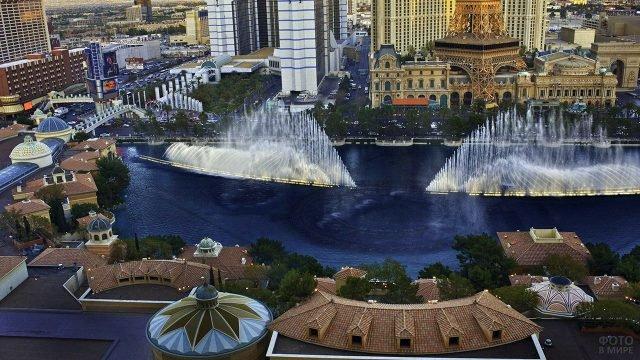 Вид сверху на шоу танцующих фонтанов в Лас-Вегасе
