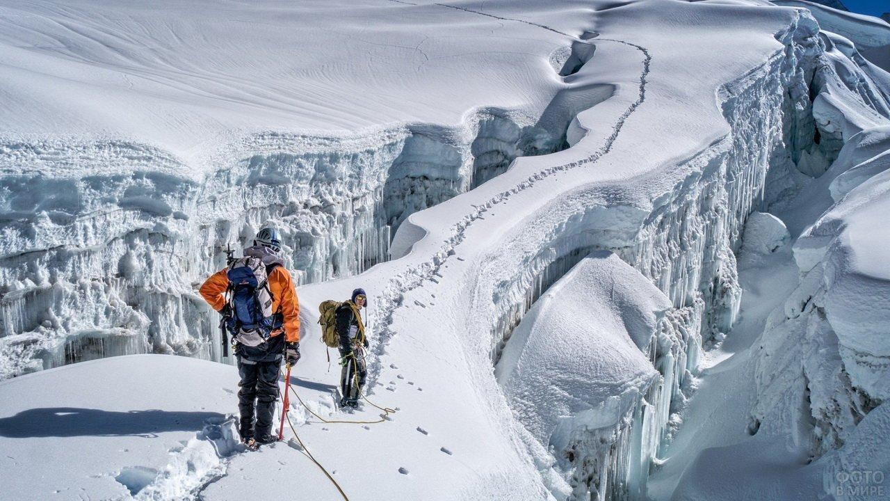 Альпинисты идут по тропе в горах