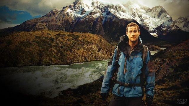 Беар Гриллс на фоне гор и горной реки