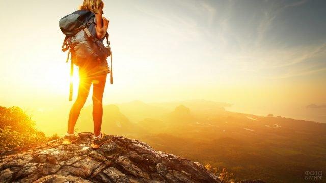 Девушка-путешественница на фоне заката