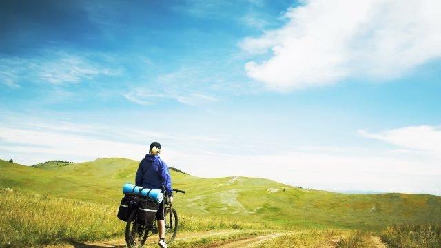 Девушка-турист на велосипеде