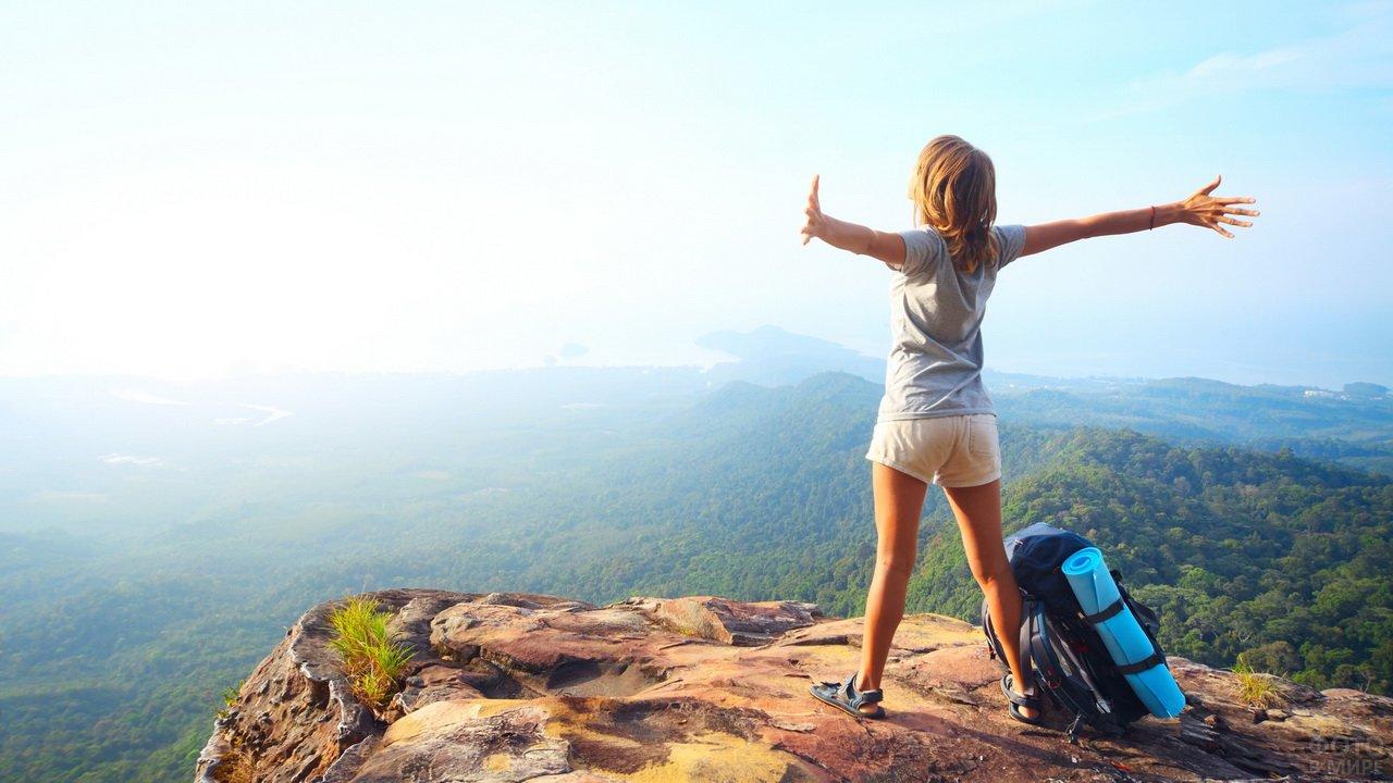 Девушка турист на вершине горы