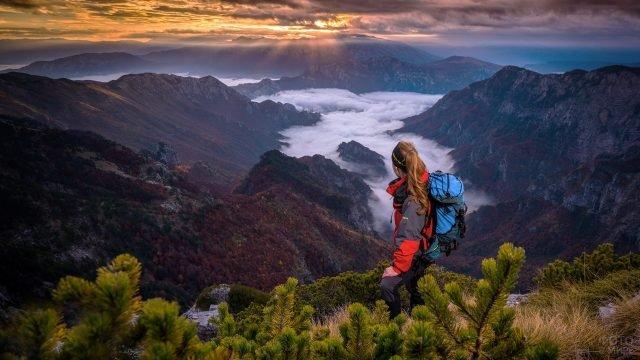 Девушка турист над горами