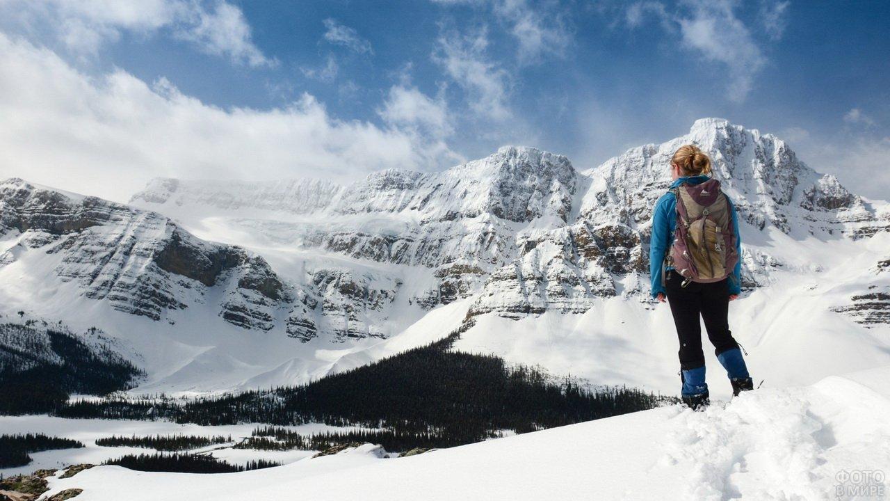 Девушка турист зимой в горах